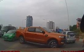 Ford Ranger quay đầu trên cầu vượt tại Hà Nội gây bức xúc