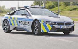 Chiếc xe cảnh sát BMW i8 đầu tiên gặp nạn trên thế giới