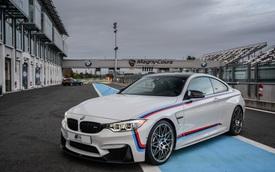 """Mua BMW M4 đặc biệt được """"cho không"""" siêu mô tô S1000RR 2017 và đồng hồ đeo tay"""