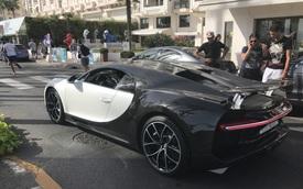 """Hàng chục du khách vây quanh siêu xe Bugatti Chiron """"Panda"""" của tay chơi Ả Rập"""