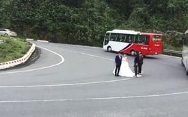 Bất chấp xe khách và xe tải qua lại, cặp đôi ngông nghênh chụp ảnh cưới giữa khúc cua đường đèo Hải Vân