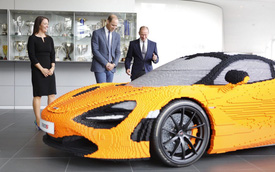 """Hoàng tử Anh thích thú khi """"chạm mặt"""" chiếc McLaren 720S làm bằng hơn 200.000 miếng lego"""