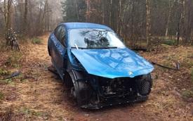 """SUV hạng sang BMW X4 bị kẻ trộm """"lột"""" phụ tùng, nằm trơ trọi trong rừng"""