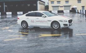 Tắm mưa cùng xe thể thao hạng sang Jaguar