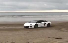 Xem dân chơi đem siêu xe Lamborghini Aventador S ra bờ biển drift