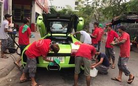 Hàng chục người tắm rửa cho siêu xe Lamborghini Murcielago LP640 ngay trên phố