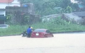 """Quảng Ninh: Mưa lớn, nhiều tuyến phố chìm trong biển nước, ô tô """"chết đuối"""""""
