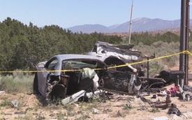 Hai xe Ford Mustang đua với nhau và gặp nạn, 1 chiếc đứt đôi