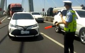 Không muốn bị phạt nguội, tài xế mượn băng vệ sinh của bạn gái để che kín biển số xe