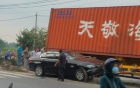 Sài Gòn: Xe container chạy tốc độ cao, kéo lê ô tô BMW hơn 30 mét