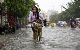Học sinh ở Sài Gòn bì bõm lội nước sau giờ tan học do mưa lớn kéo dài từ sáng đến trưa