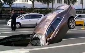 """Rolls-Royce Phantom 17 tỷ Đồng cắm đầu xuống """"hố tử thần"""" bất ngờ xuất hiện trên đường"""