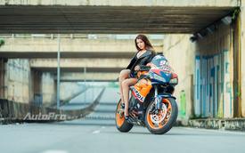 Cô nàng lả lơi bên Honda CBR1000