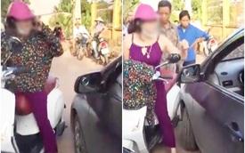 """Người phụ nữ cởi áo, chửi lái xe ô tô như """"tát nước"""" rồi xông vào đánh nhau vì bị nhắc nhở khi đứng giữa đường nghe điện thoại"""
