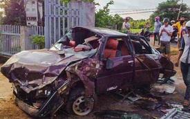 Xe ô tô con tông sập cổng nhà dân, 6 người nguy kịch