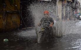 Chùm ảnh: Đường phố Hà Nội ngập lênh láng sau cơn mưa lớn vào sáng nay
