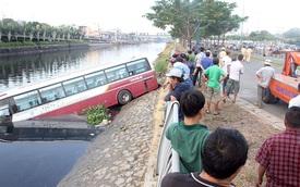 Xe khách lao xuống kênh Tàu Hủ