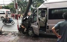 Xe khách mất lái đâm gãy cột điện