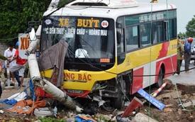 Xe buýt mất lái tông gảy cột điện, húc xe ôm xuống sông