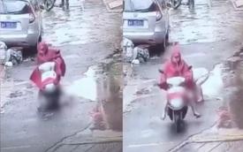 Clip: Người phụ nữ lái xe tay ga chèn ngang người bé trai rồi thản nhiên phóng đi gây phẫn nộ