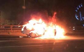 Hà Nội: Ô tô bốc cháy trơ khung sắt trên cầu Thanh Trì