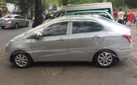 Hyundai Grand i10 bọc nilon bảo vệ như gói thức ăn trên phố Hà Nội