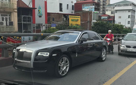 """Hà Nội: Rolls-Royce Ghost Series II 25 tỷ Đồng bỗng dưng """"chết máy"""" trên cầu vượt"""