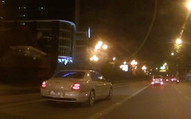 """Xế siêu sang Bentley chạy """"ầm ầm"""" trong làn BRT"""