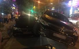 """Hà Nội: Toyota Camry """"đè đầu cưỡi cổ"""" BMW 750Li ngay trên phố"""