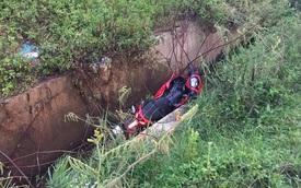 Nghệ An: Yamaha Exciter 150 nằm gọn dưới rãnh, nam thanh niên bị thương nặng