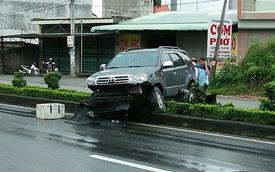 Quảng Ninh: Toyota Fortuner mắc kẹt dải phân cách giữa đường, cản va trước nát bét