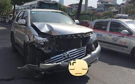 """Hà Nội: Va chạm cùng xe ba gác, Toyota Fortuner """"nát đầu"""", túi khí không bung"""