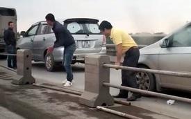 Hà Nội: Đi sai làn, tài xế tự ý tháo dải phân cách trên cầu Thanh Trì để tránh CSGT