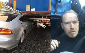"""Người đàn ông bình tĩnh chụp ảnh """"tự sướng"""" bên trong chiếc Audi S7 rúc gầm ô tô tải"""