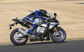 Valentino Rossi đánh bại người máy lái xe Yamaha MotoBot trên đường đua thử