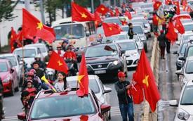 Chùm ảnh: Người hâm mộ đổ xô đi đón U23 Việt Nam, đường đến sân bay Nội Bài ngập tràn sắc cờ bay