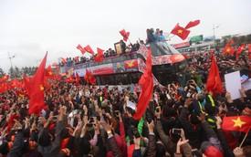 """Chùm ảnh: Xe buýt hai tầng chở U23 Việt Nam """"chìm"""" trong biển người với sắc cờ đỏ rực"""