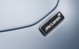 Không chỉ mạnh nhất, siêu xe McLaren Speedtail còn sử dụng logo sang chảnh làm bằng vàng, bạch kim và sợi carbon