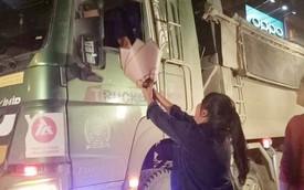 """Bác tài xế lái xe """"hổ vồ"""" vội dừng xe, kéo nhanh chiếc kính mua bó hoa tặng vợ nhân ngày 20/10 khiến nhiều người xúc động"""
