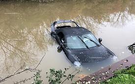 Mất lái, đại gia cho Porsche 911 tắm mương