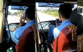 Tài xế xe buýt gác chân lên táp lô, tay cầm điện thoại chửi tục bị phạt 700 nghìn đồng