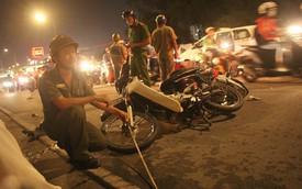 """TP. HCM: Ô tô """"điên"""" cuốn hàng loạt xe máy vào gầm khiến 1 người chết, nhiều nạn nhân nằm kêu cứu trên đường"""