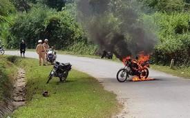 Không mang giấy tờ, người đàn ông châm lửa đốt xe máy trước mặt CSGT rồi bỏ đi