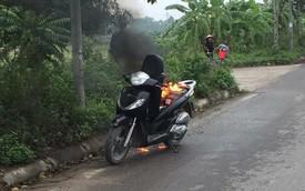Hà Nội: Xe Honda SH bất ngờ bốc cháy giữa đường vì để pin dự phòng trong cốp
