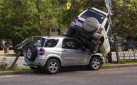 2 ninja chở con, tranh cãi vì không ai chịu nhường đường, một người bèn phi thẳng Mitsubishi Pajero lên nóc xe Toyota RAV4 của đối thủ