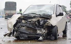 Kia Morning nát bét đầu sau cú đâm vào thân xe tải giữa ngã tư