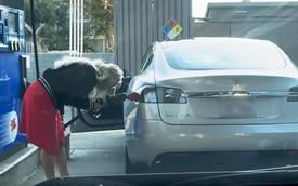 Clip: Bi hài cảnh nữ tài xế loay hoay tìm chỗ đổ xăng cho xe điện