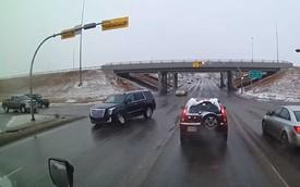 """Cadillac Escalade và màn """"đào thoát"""" khỏi cao tốc không ai ngờ tới"""