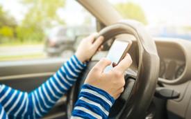 Dừng xe nghe điện thoại cũng sẽ bị phạt
