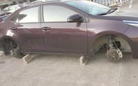"""Đỗ xe ngoài đường, người phụ nữ dở khóc dở cười phát hiện """"xe ơi ở lại bánh đi nhé"""""""